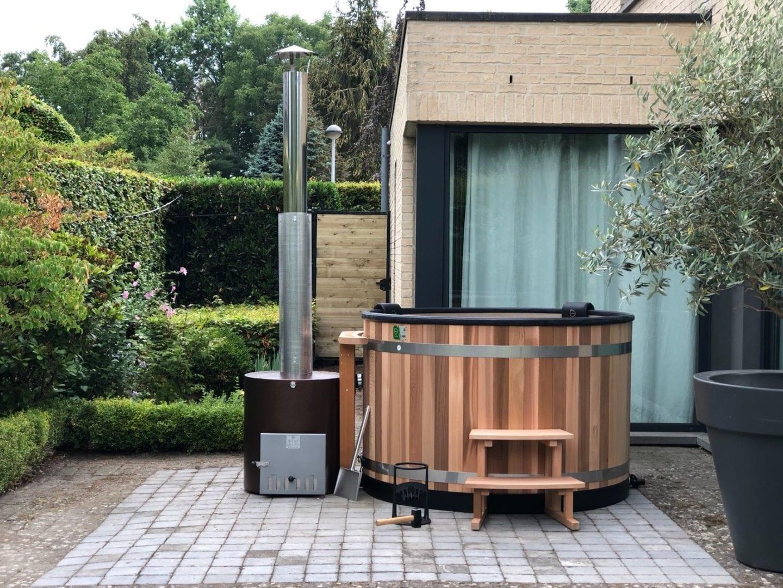 Kirami kunststof hottub in tuin