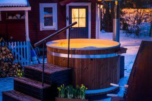Hottub in het donker met verlichting in de winter